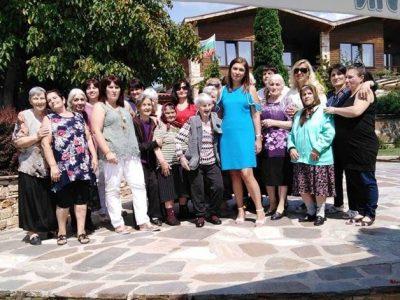 """Собственикът на комплекс """"Боже име"""" посрещна и зарадва с почерпка хората от един от социалните центрове в Гоце Делчев"""