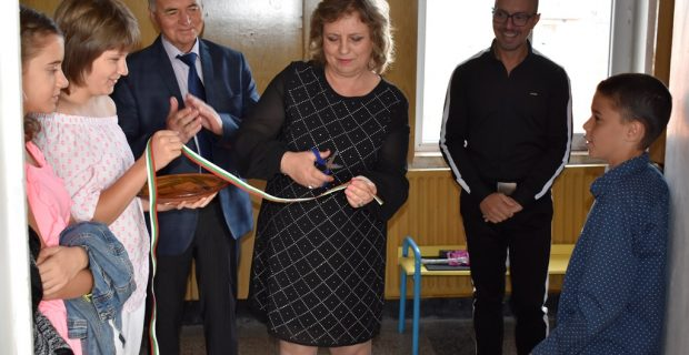 """Стена на славата и обновена библиотека бяха открити на първия учебен ден в Трето ОУ """"Братя Миладинови"""""""