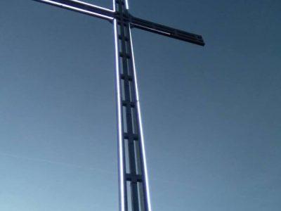 В очакване на светлия празник Архангел Михаил, в село Тешово вдигнаха 12 метров кръст