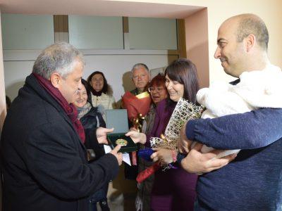 Кметът Владимир Москов подари специален медальон на първото бебе за 2019 г., родено в град Гоце Делчев