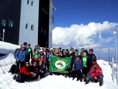 Млади туристи от Гоце Делчев откриха пролетния сезон с поход до връх Ореляк