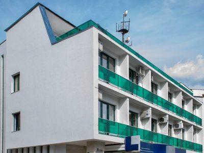 Сграда с модерна визия в центъра на град Гоце Делчев предлага офиси