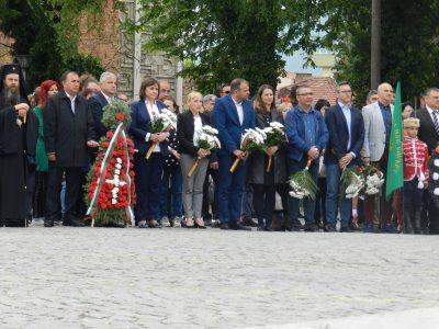 Корнелия Нинова и Елена Йончева се поклониха пред паметника на Гоце Делчев заедно с жителите на града, носещ името на героя