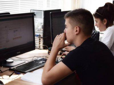 """Млади хора от Гоце Делчев проявяват изключителен интерес към лятната академия """"Светът на роботите"""""""