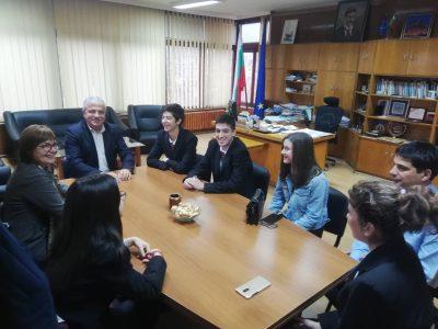 """Млади хора от НПГ """"Димитър Талев"""" поеха за ден управлението на Община Гоце Делчев"""