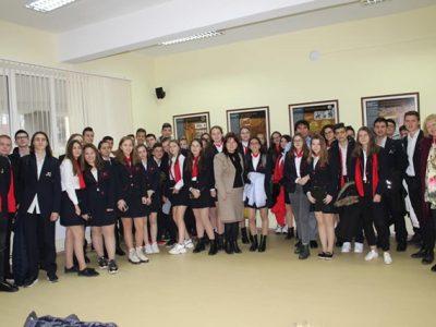 """Млади хора от ПМГ """"Яне Сандански"""" в град Гоце Делчев засипаха с въпроси професор, завършил същата гимназия"""