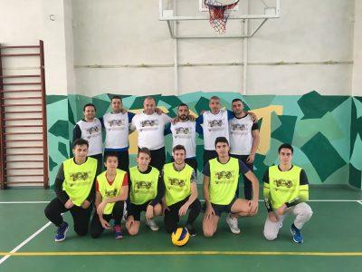Волейболният тим на учителите в ПМГ се оказа по-добър от този на учениците в мач преди Коледа