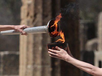 Мария Габриел участва в запалването на олимпийския огън в Гърция