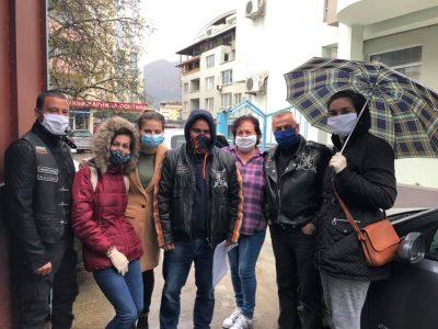 """Потребителите на социален център от Гоце Делчев получиха дарения с помощта на организацията """"Свободни мотористи – Неврокоп"""""""