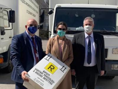"""""""Пирин пласт"""" дари 5000 контейнера за опасни отпадъци на болници в България"""