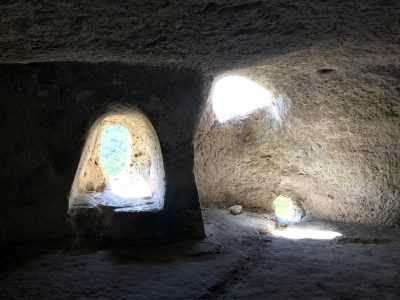 Невероятни гледки от един скален манастир