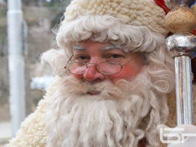 Дядо Коледа с мустак – доброволческа акция на млади хора в град Гоце Делчев и района
