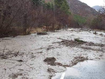 Свлачище при село Господинци затвори пътя Гоце Делчев – Банско