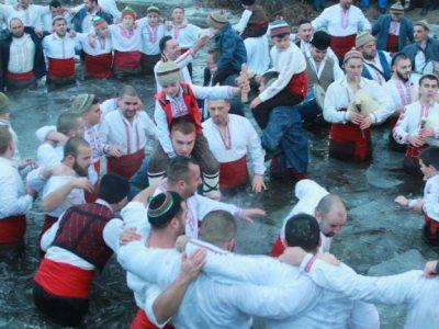 Неврокопчани на зимно хоро в ледените води на Тунджа в Калофер на Богоявление