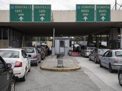 Виж колко пътници в кола е разрешено да пътуват в Гърция