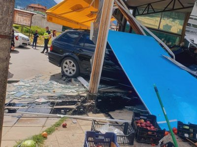 Кола нахлу в магазин на натоварена транспортна улица в град Гоце Делчев