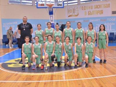 Първи медали за баскет момичетата от Гоце Делчев и техния треньор Илия Павлов