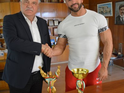 Шампионът по бодибилдинг Костадин Шушутев получи от кмета Владимир Москов почетния знак на община Гоце Делчев