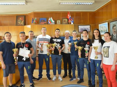 Шампиони по карате от гр. Гоце Делчев се срещнаха с кмета Владимир Москов